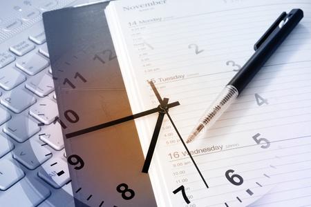 gestion del tiempo: Pluma, reloj, agenda y el teclado Foto de archivo