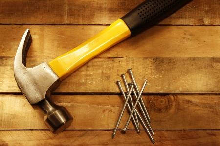 falegname: Martello e chiodi su legno