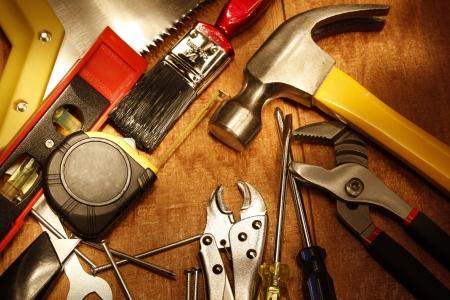 outils construction: Outils de travail assortis sur bois