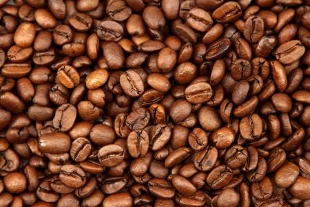 grano de cafe: Primer de los granos de caf� tostados Foto de archivo