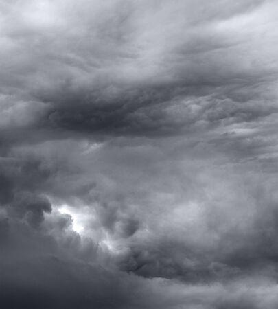 uğursuz: Koyu gri uğursuz fırtına Dramatik gökyüzünü bulutlar