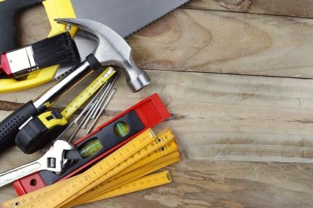 werkzeug: Verschiedene Arbeitsger�te auf Holz Lizenzfreie Bilder