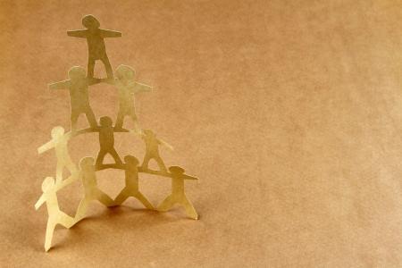 leiterin: Menschliche Team Pyramide auf braunem Hintergrund Lizenzfreie Bilder