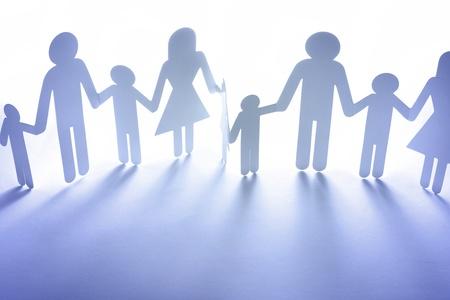 familia unida: Papel de la familia muñeca de la mano. Copiar el espacio