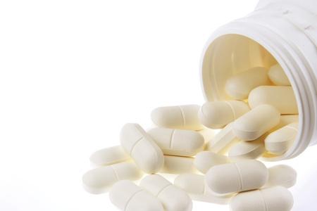 sobredosis: Píldoras que desbordan el envase fondo liso Foto de archivo
