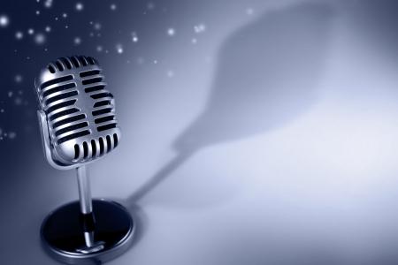 microfono de radio: Micrófono retro en el fondo tono azul