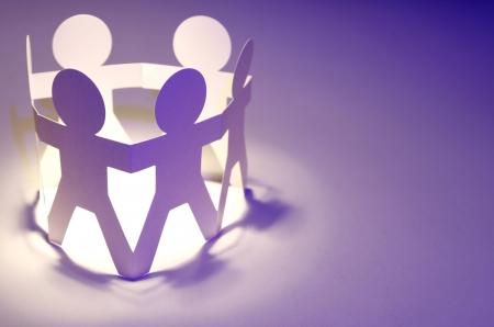 together concept: Papel de la cadena de personas tomadas de la mano concepto de trabajo en equipo