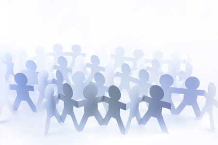 Groupe de gens de poupée de papier bleu tenant par la main sur fond uni Banque d'images