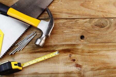 herramientas de carpinteria: Diversas herramientas de trabajo en tablones de madera
