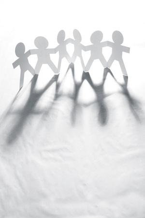 la union hace la fuerza: Grupo de seis personas de la cadena de papel de la mano juntos