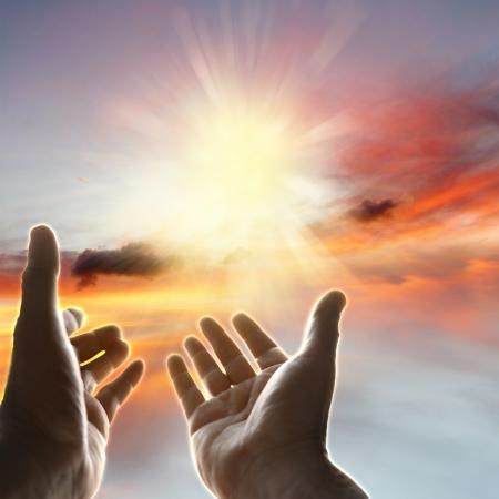 himlen: Händer siktar högt Stockfoto
