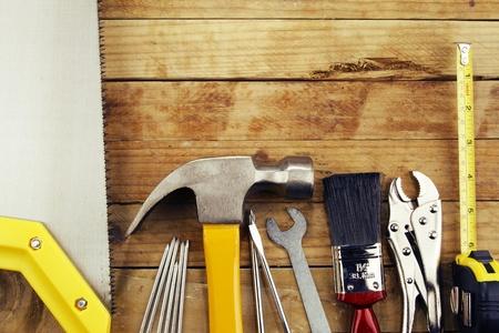 alicates: Diversas herramientas de trabajo en madera