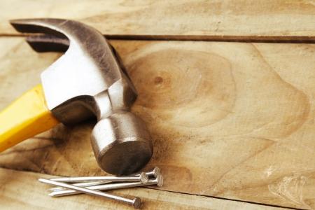 the hammer: Martillo y clavos sobre madera Foto de archivo