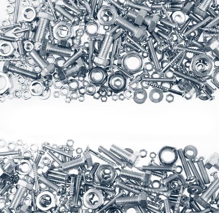 tuercas y tornillos: Chrome tuercas y tornillos en el fondo blanco llano
