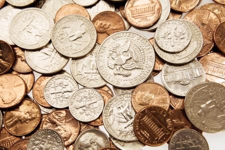 Primer plano de una variedad de monedas de América