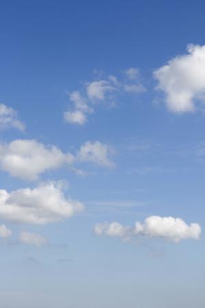 ciel avec nuages: Fluffy clouds dans un ciel bleu