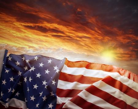 Amerikaanse vlag in de voorkant van heldere hemel