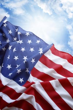 banderas americanas: Bandera americana delante del cielo azul Foto de archivo