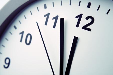 punctual: Primer plano de las manos en la cara del reloj