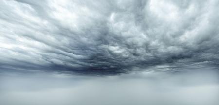 Dunkle Gewitterwolken Himmel. Kopieren Sie Platz unten Standard-Bild