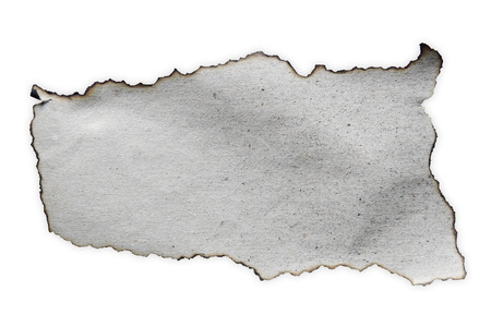 papel quemado: Pedazo de papel quemado en el fondo plano