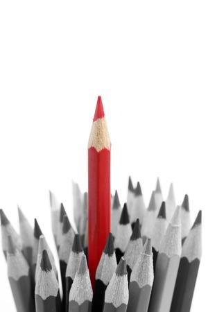 Červenou tužkou stojící mimo od ostatních