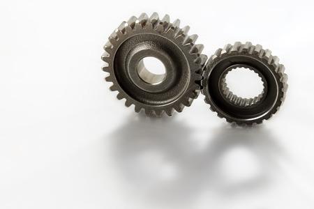 Twee metalen tandwielen op vlakte