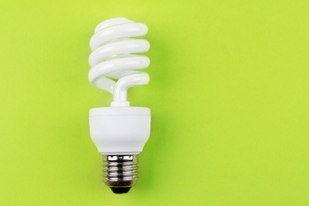 eficiencia energetica: Bombilla ahorro de energ�a en verde