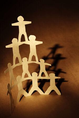 piramide humana: Pirámide de Equipo Humano sobre fondo marrón