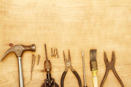 work tools: Surtido de herramientas de trabajo de edad en la madera