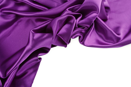 purple silk: Primer plano de la tela de seda p�rpura sobre fondo blanco