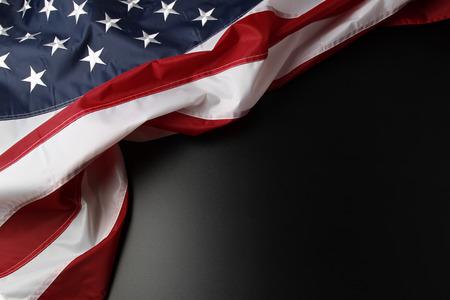 어두운 배경에 미국 국기의 근접 촬영