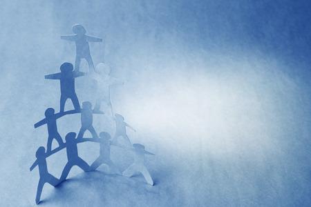 pyramide humaine: �quipe de gens de poup�es en papier, pyramide humaine Banque d'images