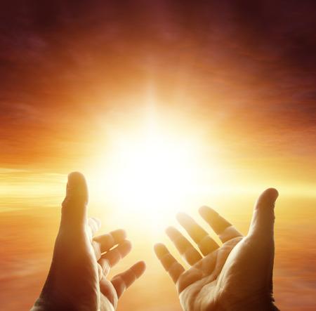 mano de dios: Manos que alcanzan para el cielo Foto de archivo