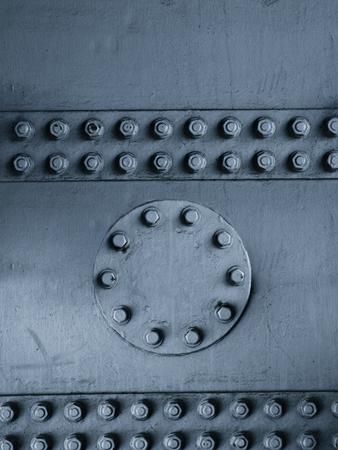 pernos: Tuercas y tornillos que sujetan las placas de acero en conjunto