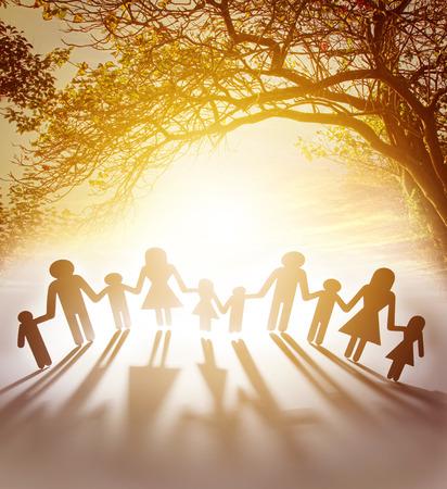 cadenas: Familia unida juntos tomados de la mano Foto de archivo