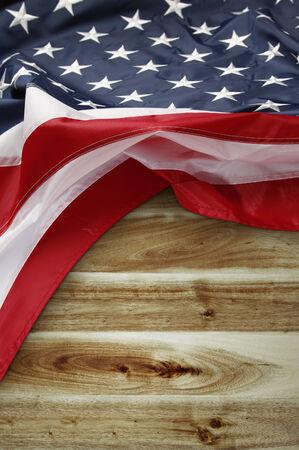 bandera estados unidos: Primer plano de la bandera estadounidense en el fondo de madera Foto de archivo