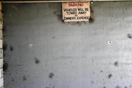 no parking: Aucun signe de stationnement sur le mur Banque d'images