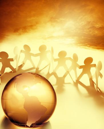 holding hands: Team h�lt die H�nde hinter Globus