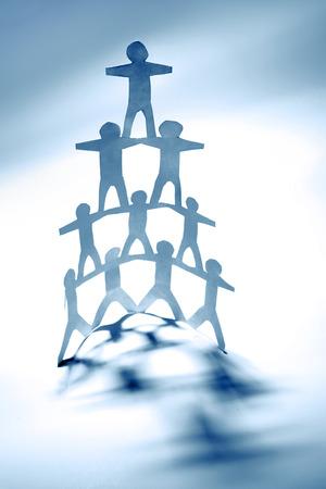 piramide humana: Equipo de personas de papel de la mu�eca, pir�mide humana