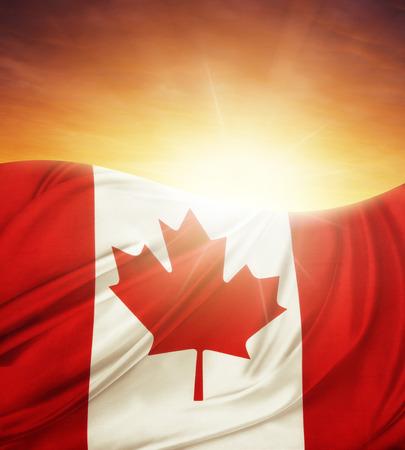 明るい空の前にカナダの旗 写真素材