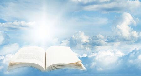 libros volando: Libro abierto en el cielo azul