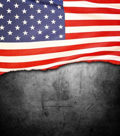 bandera estados unidos: Bandera americana dentada sobre fondo oscuro
