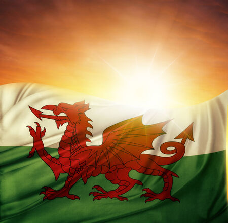 welsh flag: Bandiera gallese di fronte al cielo luminoso