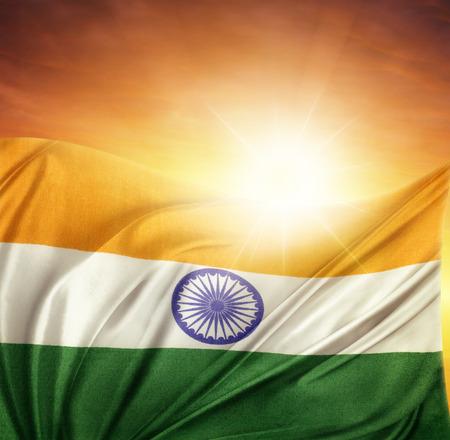 bandera de la india: Bandera de la India frente a un cielo brillante Foto de archivo