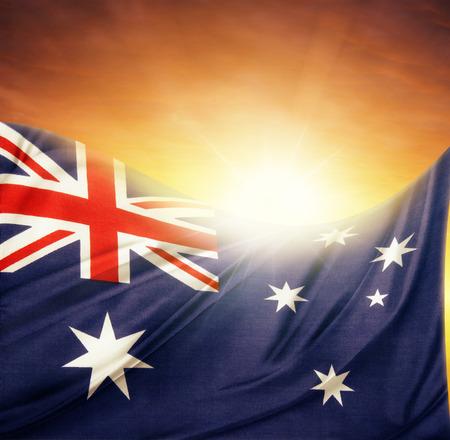 democracia: Bandera australiana en frente de cielo brillante