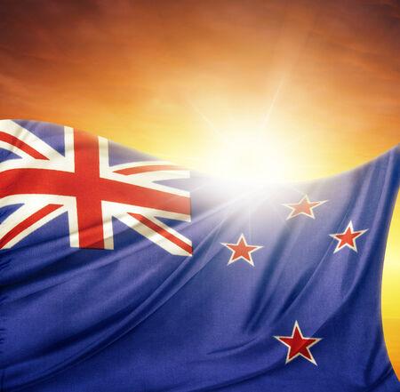 bandera de nueva zelanda: Bandera de Nueva Zelanda frente a un cielo brillante Foto de archivo