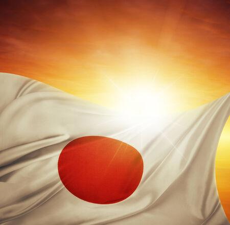 bandera japon: Bandera japonesa frente a un cielo brillante Foto de archivo