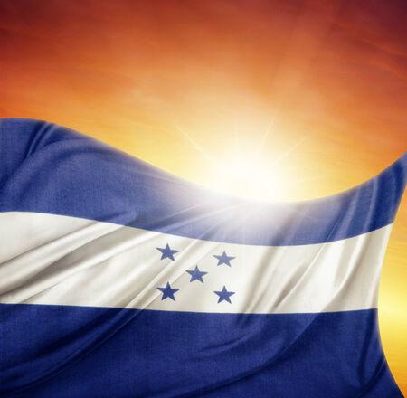 bandera honduras: Bandera de Honduras frente a un cielo brillante