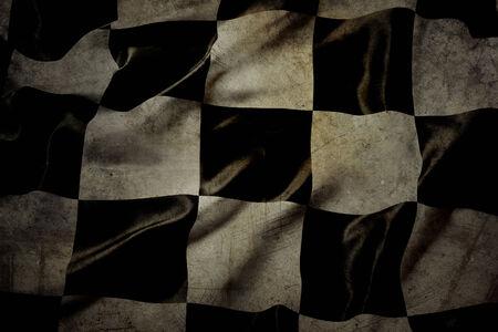 cuadros blanco y negro: Compitiendo con la bandera en blanco y negro a cuadros sucio Foto de archivo